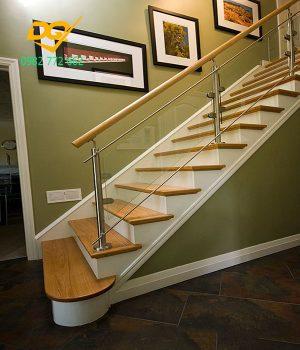 Cầu thang kính cường lực tay vịn gỗ - Sự cách tân giữa hiện đại và cổ điển, sang trọng - Mẫu 1